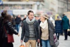 Achats supérieurs de couples au centre de la ville L'hiver Image stock