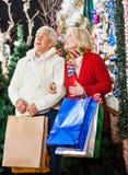 Achats supérieurs de couples dans le magasin de Noël Image libre de droits
