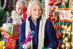 Achats supérieurs de femme au magasin de Noël Photographie stock