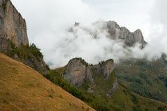 Acheshbok-Berg bedeckt durch Wolken im Herbst, Adygeya, Russland Stockfotos