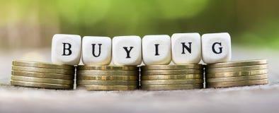 Achetant, bannière de achat - l'argent invente avec des lettres Photographie stock libre de droits
