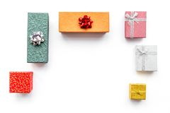 Achetant et enveloppant des présents pour la maquette blanche de vue supérieure de fond de lendemain de Noël Images stock