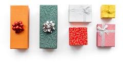 Achetant et enveloppant des présents pour la maquette blanche de vue supérieure de fond de lendemain de Noël Image stock