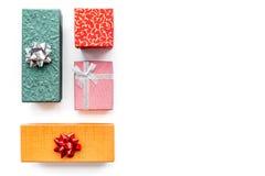 Achetant et enveloppant des présents pour la maquette blanche de vue supérieure de fond de lendemain de Noël Photos stock