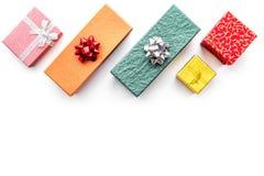 Achetant et enveloppant des présents pour la maquette blanche de vue supérieure de fond de lendemain de Noël Image libre de droits