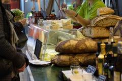 Achetant et vendant le fromage et la saucisse photo libre de droits