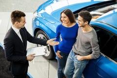 Achetant leur première voiture ensemble. photos libres de droits