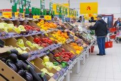 Acheteur dans la section végétale du magasin photo stock