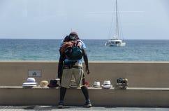 Acheteur de chapeau dans le port des Frances de Cannes Images libres de droits