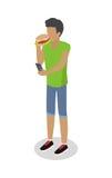 Acheteur de nourriture de rue d'isolement L'homme mange le hot-dog Photographie stock libre de droits