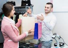 Acheteur de portion de commis de magasin photos stock