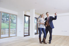 Acheteur de Showing Prospective Female d'agent immobilier autour de propriété Photographie stock