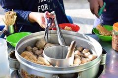 Acheteur préparant la nourriture de boulettes de viande image libre de droits