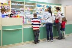 Acheteurs dans la pharmacie photo stock