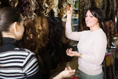 Acheteurs sélectionnant agrafe-dans l'extension naturelle de cheveux Images libres de droits