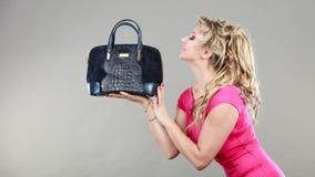 Acheteuse élégante avec le sac bleu de département Photographie stock