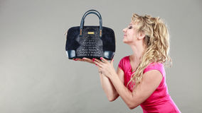 Acheteuse élégante avec le sac bleu de département Photo libre de droits