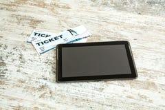 Achetez les billets de cinéma en ligne avec une tablette photographie stock
