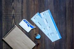 Achetez les billets pour le voyage Billets sur la maquette en bois de copyspace de vue supérieure de fond de table Images stock