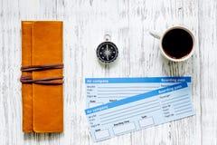 Achetez les billets pour le voyage Billets sur la vue supérieure de fond en bois clair de table Photo libre de droits