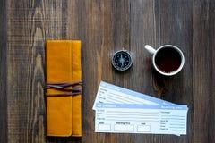Achetez les billets pour le voyage Billets sur le copyspace en bois de vue supérieure de fond de table Photographie stock