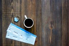 Achetez les billets pour le voyage Billets sur le copyspace en bois de vue supérieure de fond de table Images libres de droits