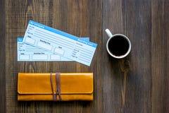 Achetez les billets pour le voyage Billets sur le copyspace en bois de vue supérieure de fond de table Photo stock