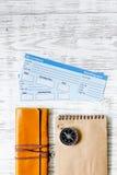 Achetez les billets pour le voyage Billets sur le copyspace en bois léger de vue supérieure de fond de table Photo libre de droits