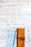 Achetez les billets pour le voyage Billets sur le copyspace en bois léger de vue supérieure de fond de table Photo stock