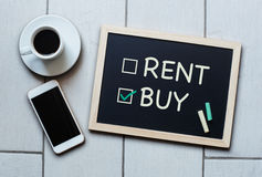 Achetez pas le concept de tableau noir de loyer Choix de l'achat au-dessus de la location photographie stock libre de droits