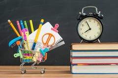 Achetez quelques fournitures scolaires à l'heure pour de nouveau à l'école Photographie stock