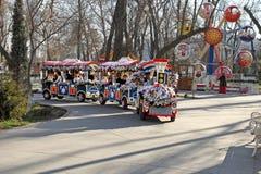 ACHGABAT, TURKMÉNISTAN - VERS EN DÉCEMBRE 2014 : Tra coloré de train Photographie stock libre de droits