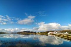Achill-Inselbrücke mit achill Inselstadt im Abstand Lizenzfreie Stockfotografie