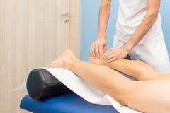 Achilles ścięgno Ręki physiotherapist podczas traktowania zdjęcia stock