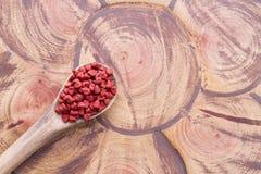 Achiote-Samen auf Holz Stockfotos