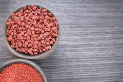 Achiote-Samen und Pulver - Bixa-orellana Stockbilder