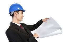 Achitect, welches die Papierrolle lokalisiert betrachtet Lizenzfreie Stockfotos