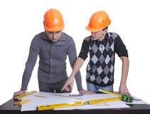 Achitects die zich over blauwdrukken bevindt Royalty-vrije Stock Fotografie