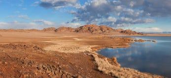Achitnoor See auf den Mongolian Lizenzfreie Stockbilder
