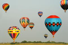 Bunte Ballone im Flug Stockbild