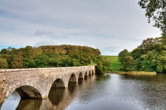 Acht Bogen-Brücke über Lilien-Teichen, Bosherston. Stockfotografie