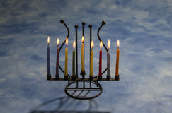Acht brennende Chanukka-Kerzen in Menorah Stockbild