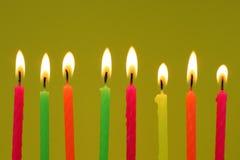 Acht bunte Geburtstagkerzen Lizenzfreie Stockfotos