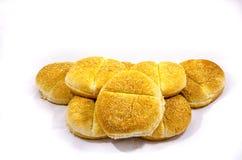 Acht deluxe Hamburgerbrötchen bereiten vier der Koch vor Lizenzfreie Stockbilder