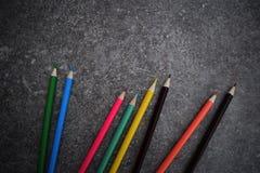 Acht Farbbleistifte auf grauem Hintergrund Lizenzfreies Stockfoto