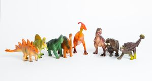 Acht farbige verschiedene Modelle von Dinosauriern auf Weiß Stockfotografie