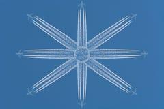 Acht Flugzeuge in der sternförmigen Bildung Lizenzfreie Stockbilder