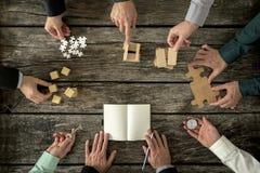 Acht Geschäftsmänner, die eine Strategie in der Geschäftsförderung planen Lizenzfreie Stockbilder