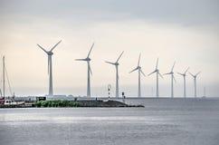 Acht grote windturbines royalty-vrije stock fotografie
