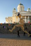 Acht hohe hölzerne Riesen der Meter nachts des Kunstfestivals in Helsinki, Finnland Lizenzfreie Stockbilder